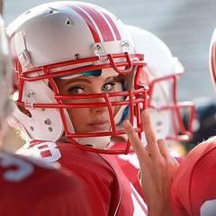 Victoria's Secret: Helm auf, Kamera an: Model Elsa Hosk wirkt vor dem Spiel noch total ungefährlich. Doch ihr Augenaufschlag ist nur ein Täuschungsmanöver. Auf dem Homefield entwickelt sie sich zu einem echten Football-Profi.
