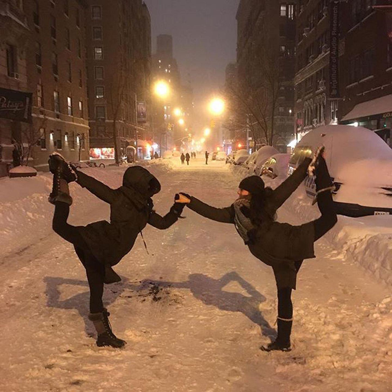 """Hilaria Baldwin macht mit einer Freundin """"Snowga"""" und ihr Ehemann Alec dokumentiert es."""