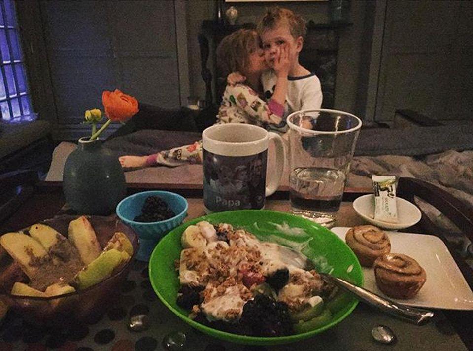 """Deshalb bleibt er mit der Familie lieber im Warmen. """"Frühstück im Bett, gemacht von diesen beiden Schönen! Draußen fällt der Schnee, David lächelt neben mit. Wow, was für eine tolle Art aufzuwachen"""", so Neil Patrick Harris."""