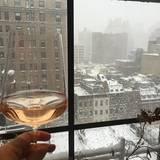Drew Barrymore zieht es vor, sich das Schneetreiben mit einem Gläschen Wein von drinnen anzuschauen.
