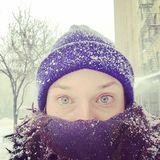 Sie genießt den Schnee.