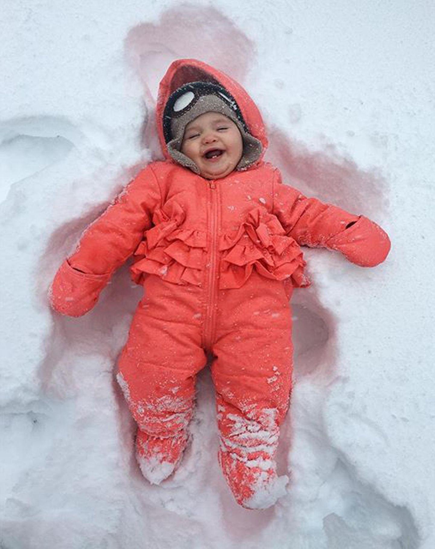 Model Coco Rocha zeigt Töchterchen Ioni James ihren ersten Schnee. Der Kleinen scheint's zu gefallen.