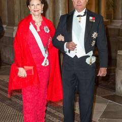 Kein Bauch bei Königin Silvia, natürlich - aber sie und König Carl XVI. Gustaf haben schon das selige Lächeln werdender Großeltern aufgelegt.