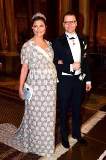 Weil's so schön ist: Hier grüßen die baldigen Eltern Prinzessin Victoria und Prinz Daniel. Baby Nummer zwei soll im März zur Welt kommen, aber viele haben Zweifel, dass es wirklich noch so lange dauern wird.