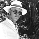 Geht's hier zur Tropenexpedition? Nicht ganz, aber für einen Traumurlaub im Paradies ist Marius mit Ray-Ban-Sonnenbrille und Panamahut bestens ausgestattet.