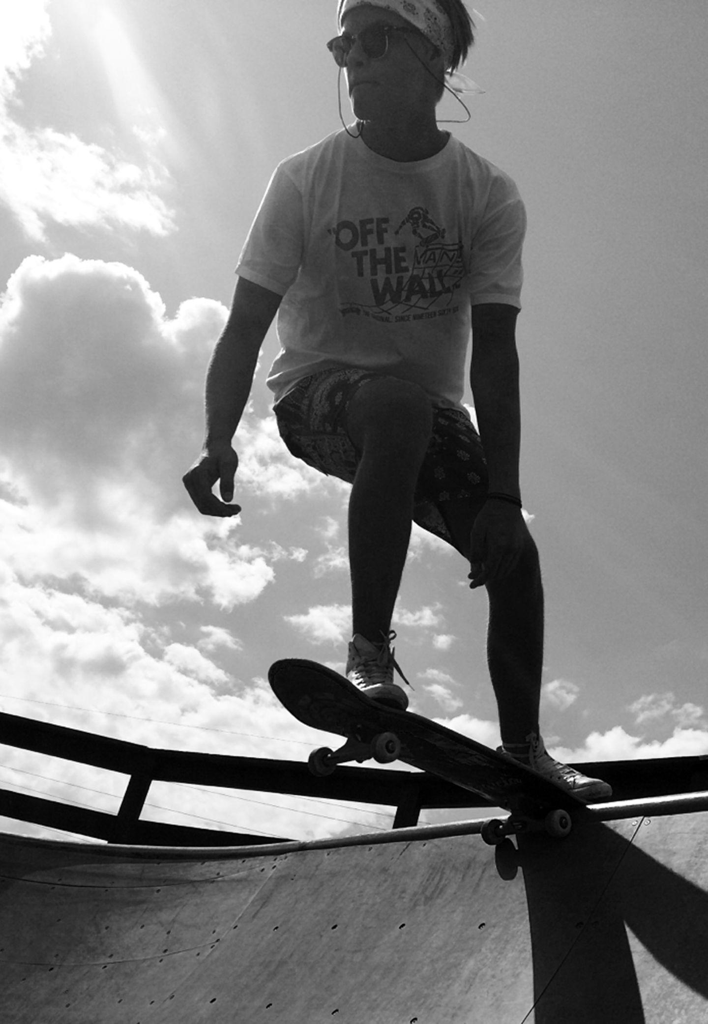 """Streetstyle trifft Skateboard: Marius genießt wie Millionen anderer """"Twenty somethings"""" das Leben in vollen Zügen."""