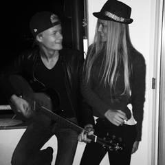 Zusammen mit seiner besten Freundin genießt Marius das Jammen auf der Gitarre.