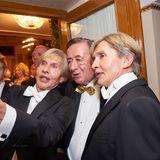 Frisch zurück vom Beautydoc schnappen sich die Botox-Boys Arnold und Oskar Wess Gastgeber Lugner für ein Selfie.