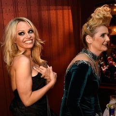 Wer hätte gedacht, diese beiden Ladys je auf einem Bild zu sehen? Pamela Anderon und Helena Fürst teilen sich eine Loge.
