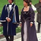 Wie aus einer ganz anderen Zeit: Ihre Silberhochzeit feiern König Carl Gustaf und Königin Silvia 2001 in historischen Kostümen.