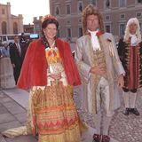Historische Kostümierungen müssen Königin Silvia und König Carl Gustaf in mehreren Ausführungen in ihrem Schloss horten. Immer wieder verwandeln sie sich für Bälle in royale Figuren aus altertümlichen Zeiten.