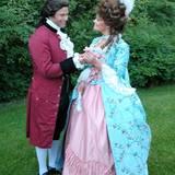 Nein, das ist natürlich nicht die ehemalige Königin von Frankreich, Marie Antoinette. Wer genauer hinschaut und sich die Barock-Kostümierung wegdenkt, erkennt sofort: Hier haben sich Schwendes Kronprinzessin Victoria und ihr Mann Prinz Daniel anlässlich eines Balls verkleidet.
