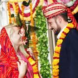 Im indischen Jaipur zeigen Norwegens Kronprinzessin Mette-Marit und Kronprinz Haakon, dass auch ihnen die traditionellen Gewänder des Landes stehen. Sie ersetzen Diadem und Scherpe ganz einfach durch Turban, Kopftuch und Blumenkettchen.