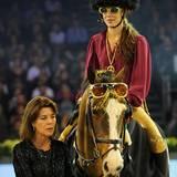 """Disco, Disco! Charlotte Casiraghi versprüht im Sattel das perfekte """"Night Fever"""". Die Glitzerbrille darf auch ihr Pferd tragen. Das nennen wir mal einen Partnerlook der besonderen Klasse."""
