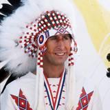 Prinz Charles ist zwar Anwärter auf die englische Krone, eine andere Kopfbedeckung probiert er 1977 aber auch einmal aus. Als Indianerhäuptling zeigt er sich bei einem Besuch in Kanada. Der Federschmuck steht ihm dabei ausgezeichnet.