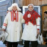 Als sie die Samen in Finnland besuchen, lassen es sich Fürst Albert und Fürstin Charlène nicht nehmen, in die Kleidung des Volkes zu schlüpfen. Besonders die spitzen Schühchen machen dabei gute Laune.