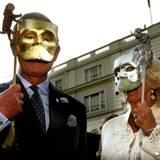 Federschmuck weg, Maske her: Zusammen mit seiner Ehefrau Camilla setzt Prinz Charles bei einem Charity-Event auf metallische Gesichtsverdeckungen.