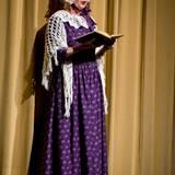 2008 liest Dänemarks Königin Margrethe bei einem Kinderballett aus einem Märchenbuch vor und sieht dabei so aus, als wäre sie den Seiten persönlich entsprungen. Ganz und gar ähnelt sie Rotkäppchens Großmutter.
