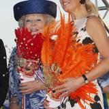 Eine Schlechte-Laune-Miene haben Prinzessin Beatrix und Königin Máxima hinter ihren Accessoires jedoch keinesfalls versteckt. Sie strahlen mit den Farben ihrer Masken um die Wette.