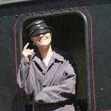 Fast hätte man Kronprinzessin Victoria unter ihrer Lokführer-Kappe nicht erkannt. Für einen Provinzbesuch mit dem Zug trägt sie passend zu der Kopfbedeckung ein Arbeiterhemd. So stimmt der Look.