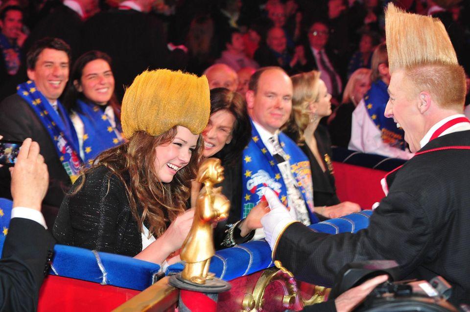 """""""Guck mal, jetzt haben wir die gleiche Frisur!"""" - Pauline Ducruet spaßt beim Zirkusfestival von Monte-Carlo mit einem Clown herum. Ihre Perücke scheint dabei besonders Mama Stéphanie zu erfreuen."""