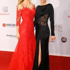 Ein wunderschönes Mutter-Tochter-Duo geben Michelle Hunziker und Aurora Ramazotti in roter und schwarzer Spitze ab.