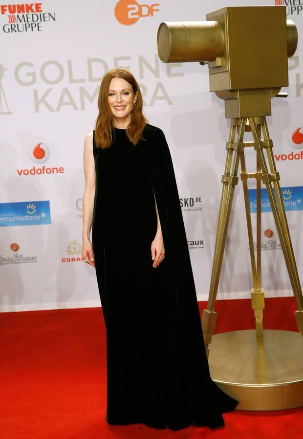 Julianne Moore bringt im eleganten, asymmetrischen Abendkleid Hollywood-Flair auf den roten Teppich der Goldenen Kamera 2016.