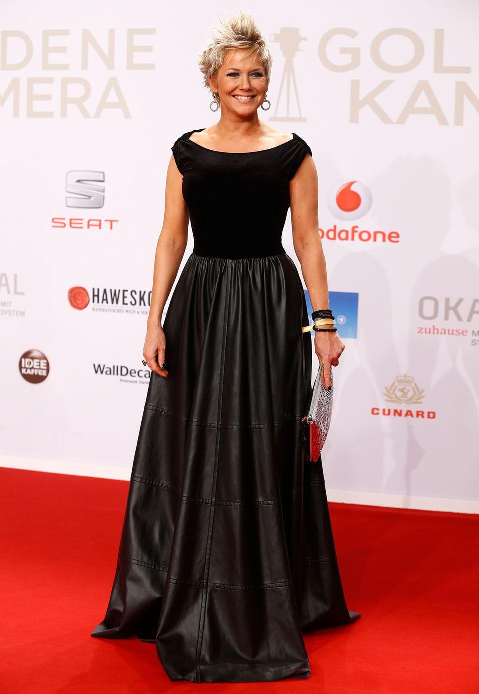 Moderatorin Inka Bause zeigt mal wieder ihre wilde Kurzhaarfrisur, das schwarze Kleid wirkt aber leider etwas bieder.