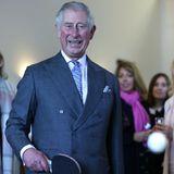 """Bei der Eröffnung der restaurierten """"New Cumnock Town Hall"""" amüsiert sich Prinz Charles bei einer Partie Tischtennis."""
