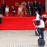21. Juli 2016: Vor dem Palast findet die Militärparade statt. Die Soladaten ziehen auch auf eher ungewöhnlichen Fortbewegungsmitteln an König Philippe und seiner Familie vorbei.