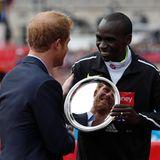 24. April 2016: Prinz Harry ehrt den Kenier Eliud Kipchoge, der den Marathon in London gewonnen hat.