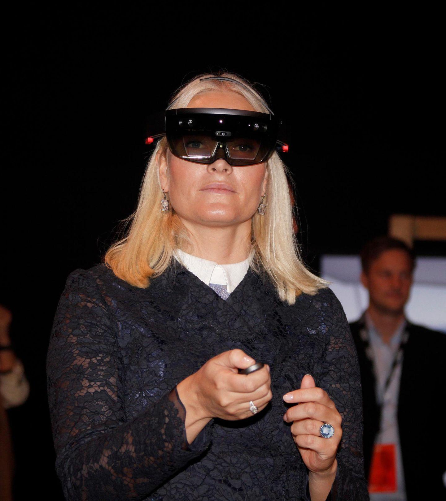 """17. Oktober 2016  Auf der """"Innovation Week"""" in Oslo probiert Kronprinzessin Mette-Marit neugierig die neueste Unterhaltungstechnologie aus."""