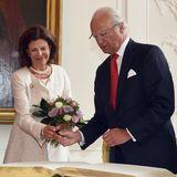 11. Juli 2016: Königin Silvia und König Carl Gustaf tragen sich in das Goldene Buch im Rathaus von Aachen ein. Die nordrhein-westfälische Ministerpräsidentin Hannelore Kraft belgeitet das schwedische Königspaar dabei.