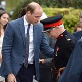 Dem sichtlich verlegenen Vice Lord Lieutenant Jonathan Douglas Hughes ist zum Glück nichts weiter passiert. Da dürften die tröstenden Worte von Prinz William gerade richtig kommen. Wir freuen uns über so viel Hilfsbereitschaft und Verständnis von dem britischen Prinzen.