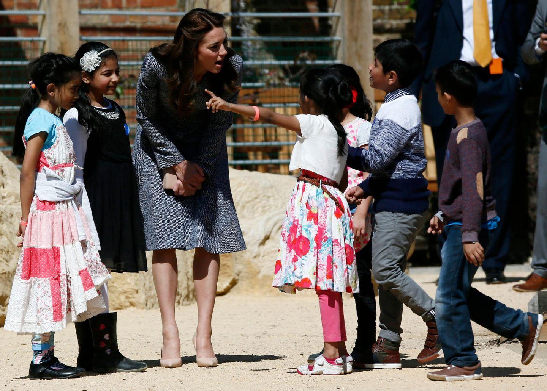 4. Mai 2016: Herzogin Catherine lässt sich von Kindern den Magic Garden, ein Kinderspielplatz, in Hampton Court Palace bei London zeigen.