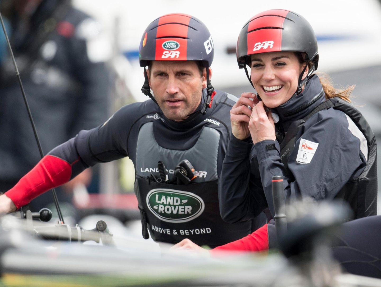 20. Mai 2016: Herzogin Catherine trainiert mit dem Land Rover BAR Team und macht dabei auf dem Katamaran auch mit Helm und Sportkleidung eine gute Figur.