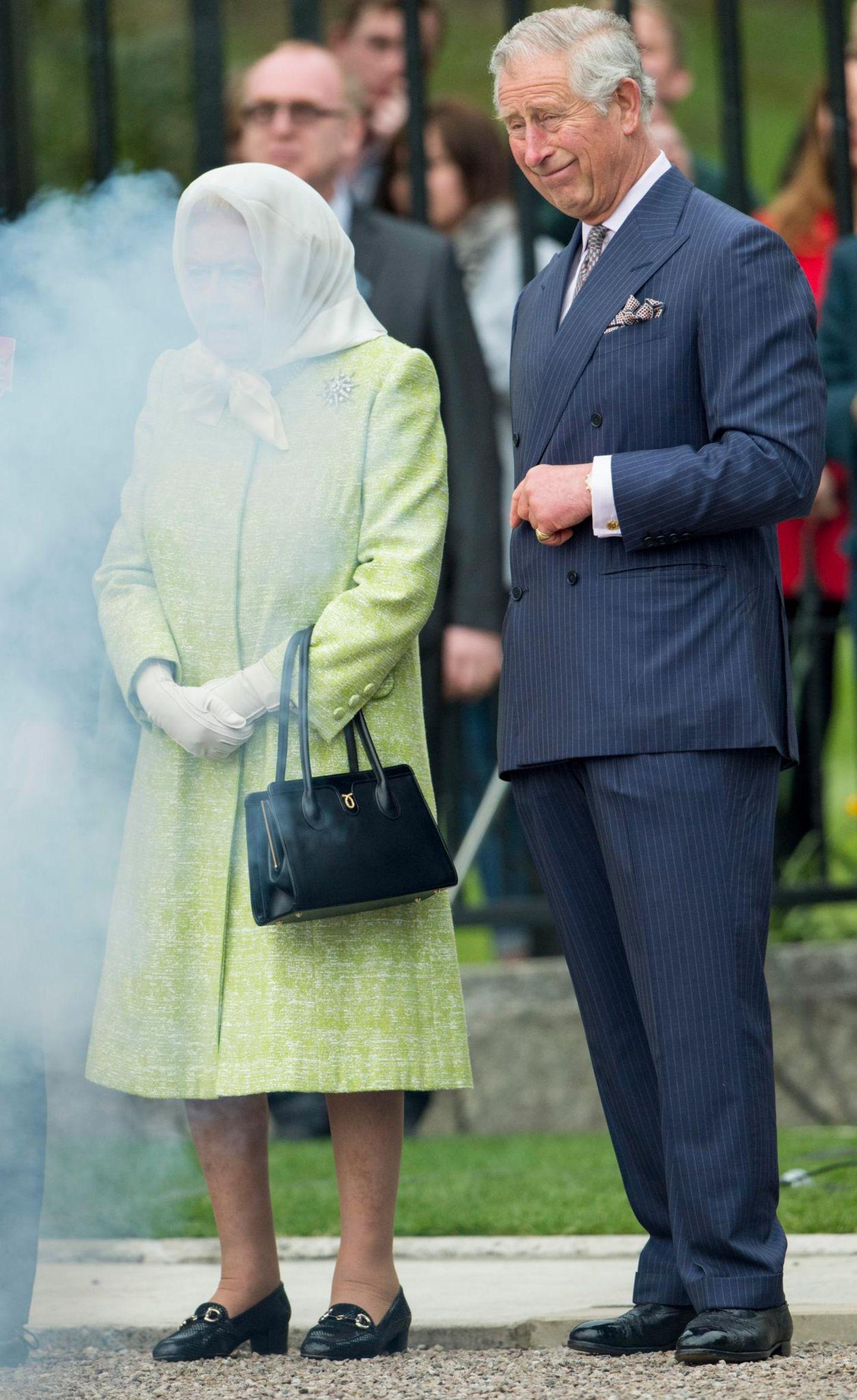 21. April 2016: Etwas eingenebelt stehen Königin Elizabeth und Prinz Charles zusammen, als in Windsor das Leuchtfeuer zum 90. Geburtstag der Queen entzündet wird.