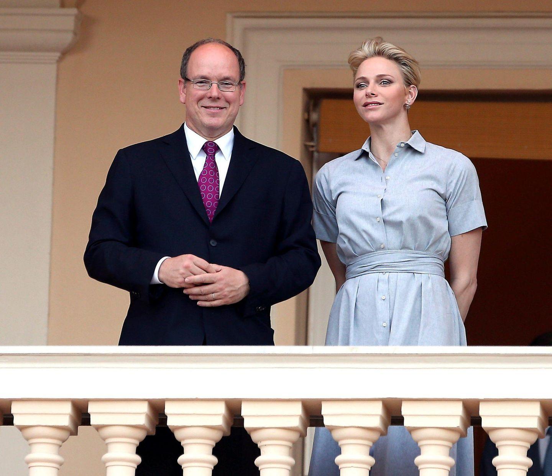 """Fürst Albert und Fürstin Charlène schauen sich vom Palastbalkon in Monaco das """"St. John's Day Festival"""" an."""