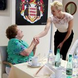 12. August 2016: Besuch von der Fürstin! Charlène ist in einem Pflegeheim in Monte Carlo und begrüßt dort viele Bewohner.