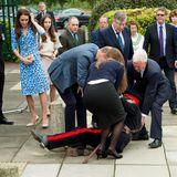 """Bei einem Besuch der """"Stewards Academy"""" in Harlow in der Grafschaft Essex sollten Herzogin Catherine und Prinz William von dem Vertreter der Königin """"Vice Lord Lieutenant Jonathan Douglas Hughes"""" empfangen werden. Der mittlerweile 72-jährige Mann war bloß leider etwas wackelig auf den Beinen und fiel sogar noch zu Boden. Zum Glück eilte Prinz William sofort herbei und half dem peinlich berührten Mann auf die Beine."""