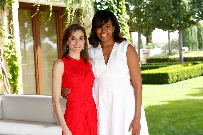 """30. Juni 2016:Michelle Obama ist nach Spanien gereist und trifft sich mit Königin Letizia. Vom königlichen Wohnsitz Palacio de la Zarzuela machen sich die Frauen auf, um gemeinsam die """"Let Girls Learn""""-Initiative zu präsentieren."""