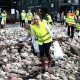 19. April 2016: Für die Umwelt packen alle mit an: Prinzessin Mette-Marit sammelt mit vielen Freiwilligen im norwegischen Sandefjord Müll.