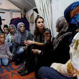 25. April 2016: Königin Rania von Jordanien besucht auf der griechischen Insel Lesbos ein Flüchtlingscamp.