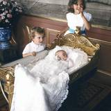 Am 31. August 1982 wird Prinzessin Madeleine getauft. Prinzessin Victoria und Prinz Carl Philip sind natürlich auch dabei.
