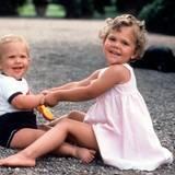 Sommer 1980: Prinzessin Victoria hat einen Spielgefährten auf Schloss Solliden - Bruder Prinz Carl Philip.
