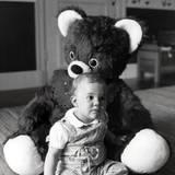Prinzessin Victorias Kulleraugen sind so groß wie die ihres geliebten Teddybären.