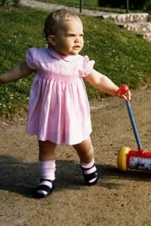 An ihrem 1. Geburtstag spaziert Prinzessin Victoria auf wackligen Beinen durch den Schlosspark der Sommerresidenz Solliden.