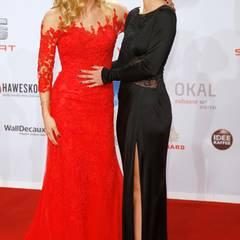 Michelle Hunziker lacht ausgelassen mit ihrer Tochter Aurora auf dem roten Teppich.