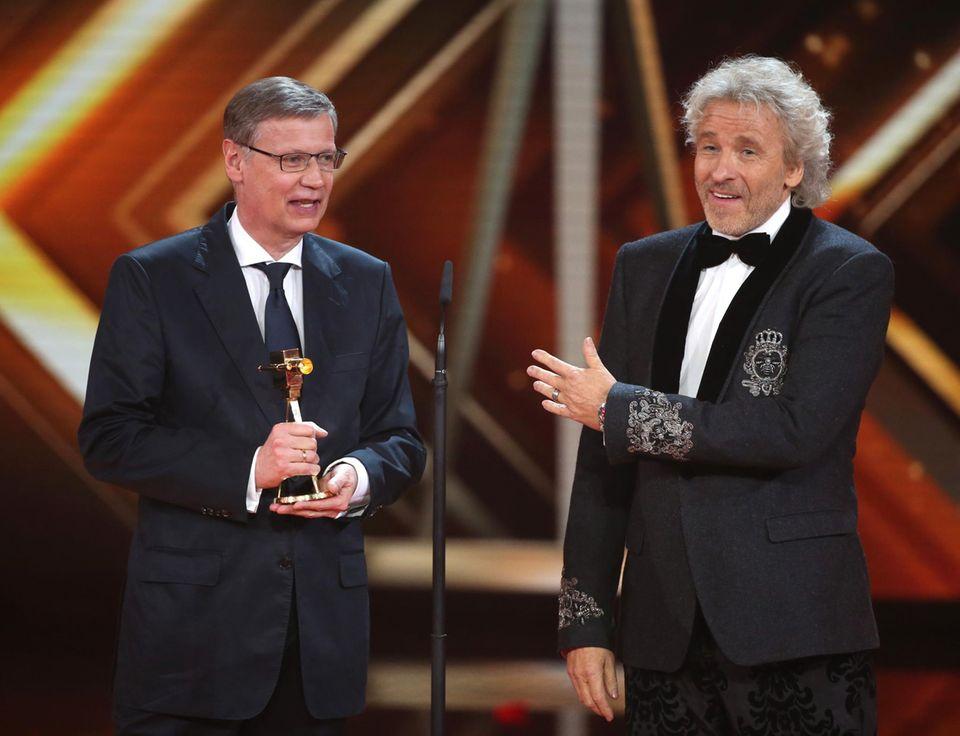 Thomas Gottschalk überreicht die Goldene Kamera für den besten Showmaster an seinen Kollegen Günther Jauch.