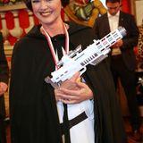 Die bayerische Staatsministerin Ilse Aigner verwandelt sich in Prinzessin Leia.